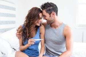 casal comemora o positivo de gravidez
